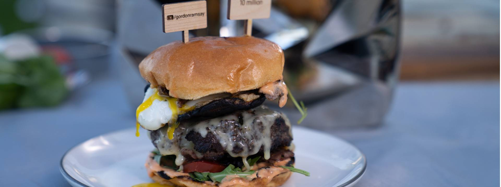 Ricetta Hamburger Ramsey.Gordon Ramsay Celebration Burger Recipe 10 Million Subscribers